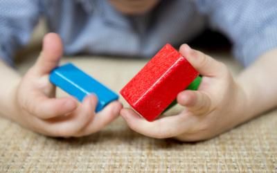 Kind mit Bausteinen - Glaubenskurs Kreuz und mehr
